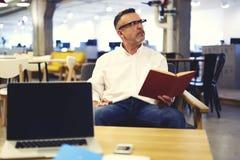 Les gens au travail et à la connexion sans fil dans le bureau Photographie stock