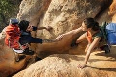 Les gens augmentant le concept d'aventure de montagne Photo stock