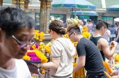 Les gens autour du tombeau indou d'un dieu Images libres de droits