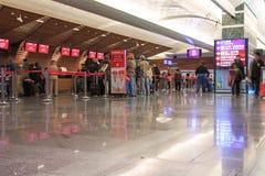 Les gens aux émirats parent à l'intérieur de l'aéroport international de Taïwan Taoyuan Images stock