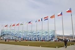Les gens aux Jeux Olympiques au sujet de l'iceberg de palais de glace en prévision de la nouvelle concurrence Image stock