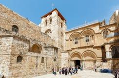 Les gens aux portes de l'église de la tombe sainte dans Jerus Images libres de droits