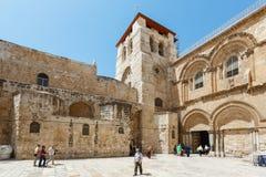Les gens aux portes de l'église de la tombe sainte dans Jerus Photographie stock