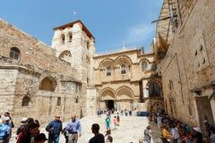 Les gens aux portes de l'église de la tombe sainte dans Jerus Image stock