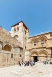 Les gens aux portes de l'église de la tombe sainte dans Jerus Photo libre de droits