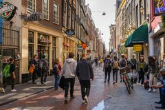 Les gens aux rues d'Amsterdam pendant le printemps photo stock