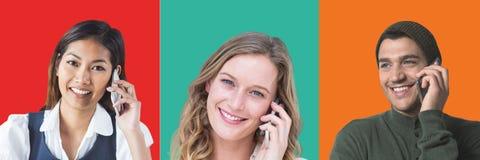 Les gens aux téléphones dans les sections carrées colorées photos stock
