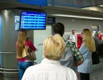 Les gens aux vols d'arrivées d'aéroport de Vnukovo, Moscou, Russie Image stock