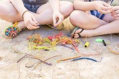 Les gens avec les bracelets cirés Photo stock