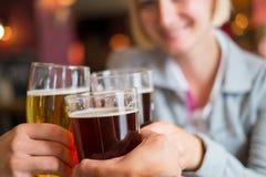 Les gens avec de la bière Images libres de droits