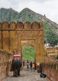 Les gens avec des éléphants chez Amber Fort à Jaipur, Inde Images libres de droits