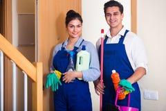 Les gens avec des approvisionnements prêts pour le nettoyage photo libre de droits