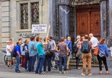 Les gens avec des bannières à l'entrée à hôtel de ville de Zurich Photographie stock