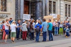 Les gens avec des bannières à l'entrée à hôtel de ville de Zurich Image libre de droits