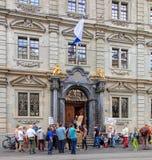 Les gens avec des bannières à l'entrée à hôtel de ville de Zurich Photo libre de droits