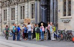 Les gens avec des bannières à l'entrée à hôtel de ville de Zurich Images stock
