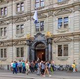 Les gens avec des bannières à l'entrée à hôtel de ville de Zurich Photographie stock libre de droits