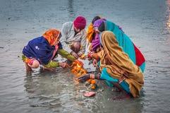Les gens avec des bougies dans le Bengale-Occidental Image libre de droits