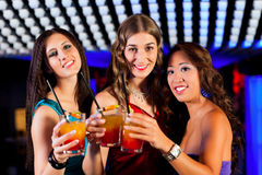 Les gens avec des cocktails dans le bar ou le club Photographie stock