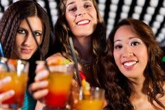 Les gens avec des cocktails dans le bar ou le club Image libre de droits