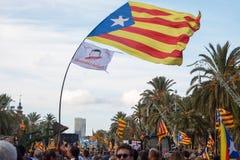 Les gens avec des drapeaux pendant la déclaration d'indépendance catalanne Images stock