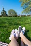 Les gens avec des espadrilles en parc Image libre de droits