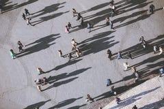Les gens avec des ombres de lolg, vue supérieure images stock