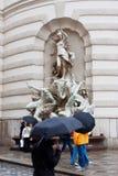 Les gens avec des parapluies sur la rue pluvieuse images stock