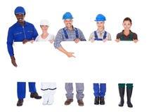 Les gens avec des professions diverses tenant la plaquette photo libre de droits
