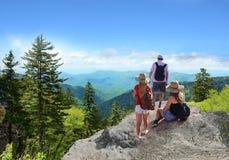 Les gens avec des sacs à dos augmentant l'été se déclenchent en montagnes Photos stock