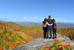Les gens avec des sacs à dos augmentant l'automne se déclenchent en montagnes Photo stock