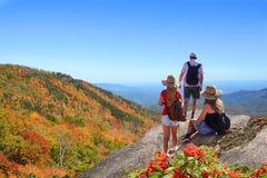 Les gens avec des sacs à dos augmentant la chute se déclenchent en montagnes Photographie stock libre de droits