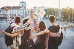 Les gens avec des sacs à dos et la carte sur le fond de ville Photographie stock libre de droits