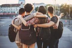 Les gens avec des sacs à dos et la carte sur le fond de ville Photos stock