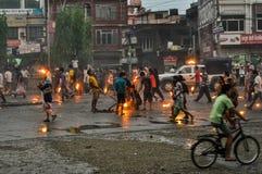 Les gens avec des torches au Népal Photographie stock libre de droits