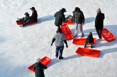 Les gens avec des traîneaux dans le skifield de Whakapapa sur le bâti Ruapehu Photos libres de droits