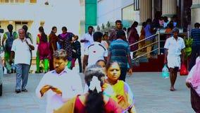 Les gens avec l'étudiant en médecine marchant dehors sur le bâtiment d'hôpital de gouvernement chez Chennai, Inde clips vidéos