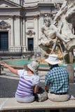 Les gens avec la fontaine des quatre rivières dans Piazza Navona, Rome, Italie Photos stock