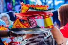 Les gens avec la monnaie fiduciaire, l'or de papier et le bâton d'encens de brûlure chez Chine Image stock