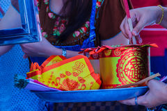 Les gens avec la monnaie fiduciaire, l'or de papier et le bâton d'encens de brûlure chez Chine Images libres de droits