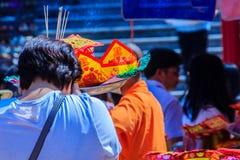 Les gens avec la monnaie fiduciaire, l'or de papier et le bâton d'encens de brûlure chez Chine Photos stock