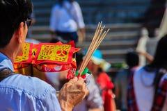 Les gens avec la monnaie fiduciaire, l'or de papier et le bâton d'encens de brûlure chez Chine Images stock