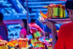 Les gens avec la monnaie fiduciaire, l'or de papier et le bâton d'encens de brûlure chez Chine Photographie stock