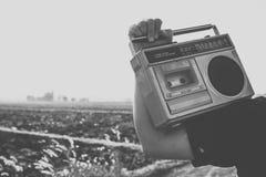 Les gens avec la radio de vintage ou le recoder de cassette Images stock