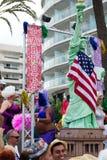 Les gens avec la statue de la liberté au Gay Pride gai dans Sitges Image libre de droits