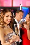 Les gens avec le champagne dans un bar Photos stock