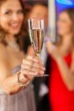 Les gens avec le champagne dans un bar Image libre de droits