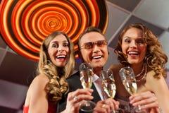 Les gens avec le champagne dans un bar Photos libres de droits