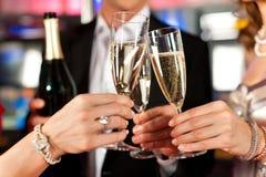 Les gens avec le champagner dans un bar Photographie stock libre de droits