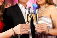 Les gens avec le champagner dans un bar Image stock